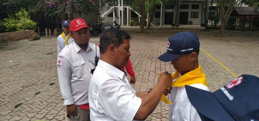 Kepala SMK Negeri 1 Dumai resmi melantik anggota PMR Wira SMK Negeri.