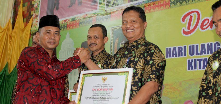 Kepsek SMKN 1 Dumai Terima Reward Sekolah Adiwiyata di Rohil